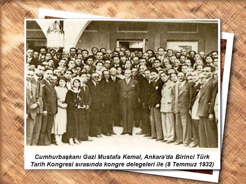 Cumhurbaşkanı Gazi Mustafa Kemal, İzmir Erkek Lisesinde matematik dersini izlerken (1 Şubat 1931) Cumhurbaşkanı Gazi Mustafa Kemal, Ankara'da Birinci