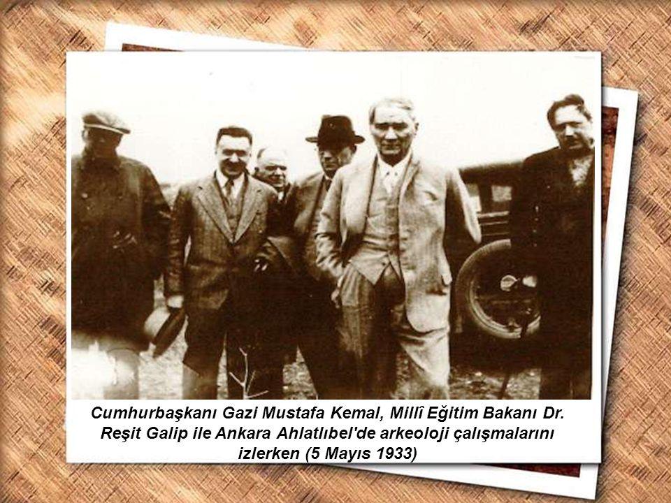 Cumhurbaşkanı Gazi Mustafa Kemal, İzmir Erkek Lisesinde matematik dersini izlerken (1 Şubat 1931) Cumhurbaşkanı Gazi Mustafa Kemal, Millî Eğitim Bakan