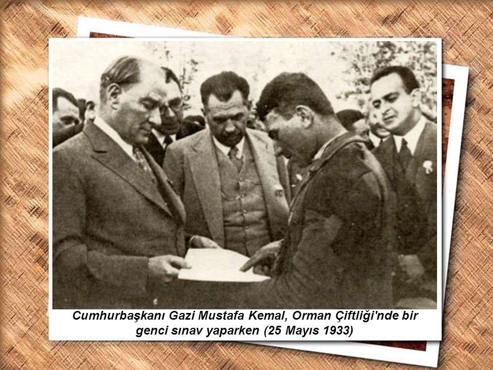 Cumhurbaşkanı Gazi Mustafa Kemal, İzmir Erkek Lisesinde matematik dersini izlerken (1 Şubat 1931) Cumhurbaşkanı Gazi Mustafa Kemal, Orman Çiftliği'nde