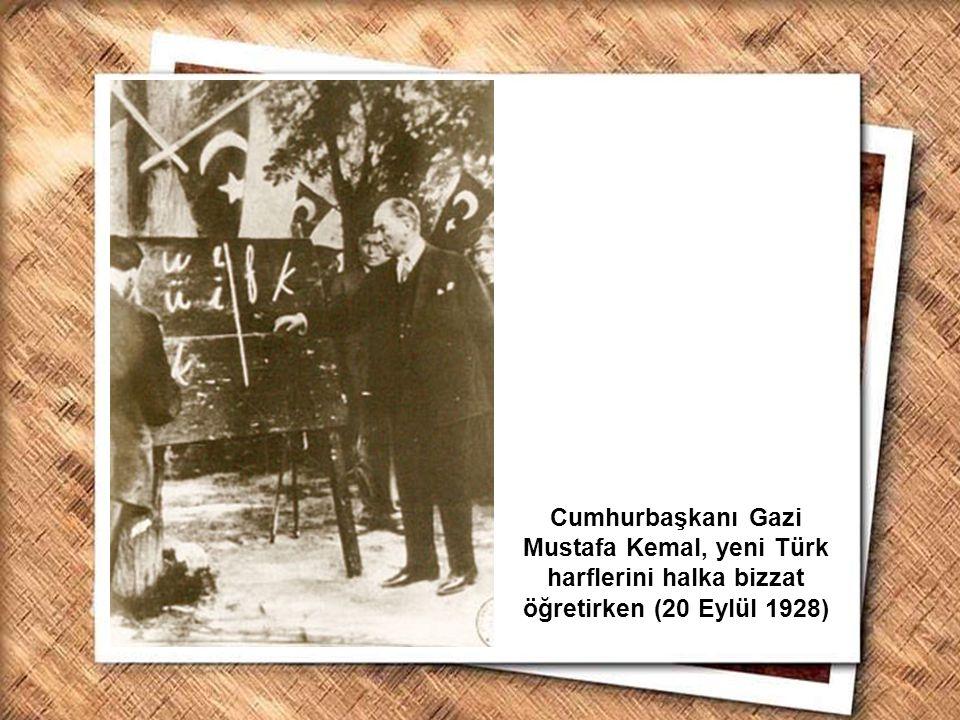 Cumhurbaşkanı Gazi Mustafa Kemal, İzmir Erkek Lisesinde matematik dersini izlerken (1 Şubat 1931) Cumhurbaşkanı Gazi Mustafa Kemal, Kayseri de yeni Türk harflerini öğretirken (20 Eylül 1928)