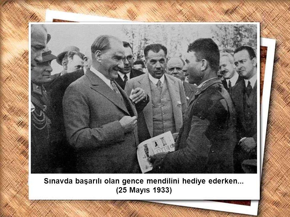 Cumhurbaşkanı Gazi Mustafa Kemal, İzmir Erkek Lisesinde matematik dersini izlerken (1 Şubat 1931) Sınavda başarılı olan gence mendilini hediye ederken