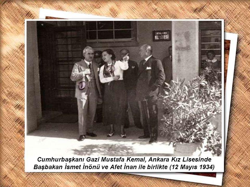 Cumhurbaşkanı Gazi Mustafa Kemal, İzmir Erkek Lisesinde matematik dersini izlerken (1 Şubat 1931) Cumhurbaşkanı Gazi Mustafa Kemal, Ankara Kız Lisesin