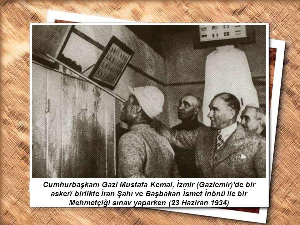 Cumhurbaşkanı Gazi Mustafa Kemal, İzmir Erkek Lisesinde matematik dersini izlerken (1 Şubat 1931) Cumhurbaşkanı Gazi Mustafa Kemal, İzmir (Gaziemir)'d