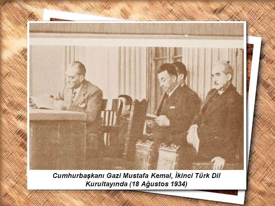 Cumhurbaşkanı Gazi Mustafa Kemal, İzmir Erkek Lisesinde matematik dersini izlerken (1 Şubat 1931) Cumhurbaşkanı Gazi Mustafa Kemal, İkinci Türk Dil Ku