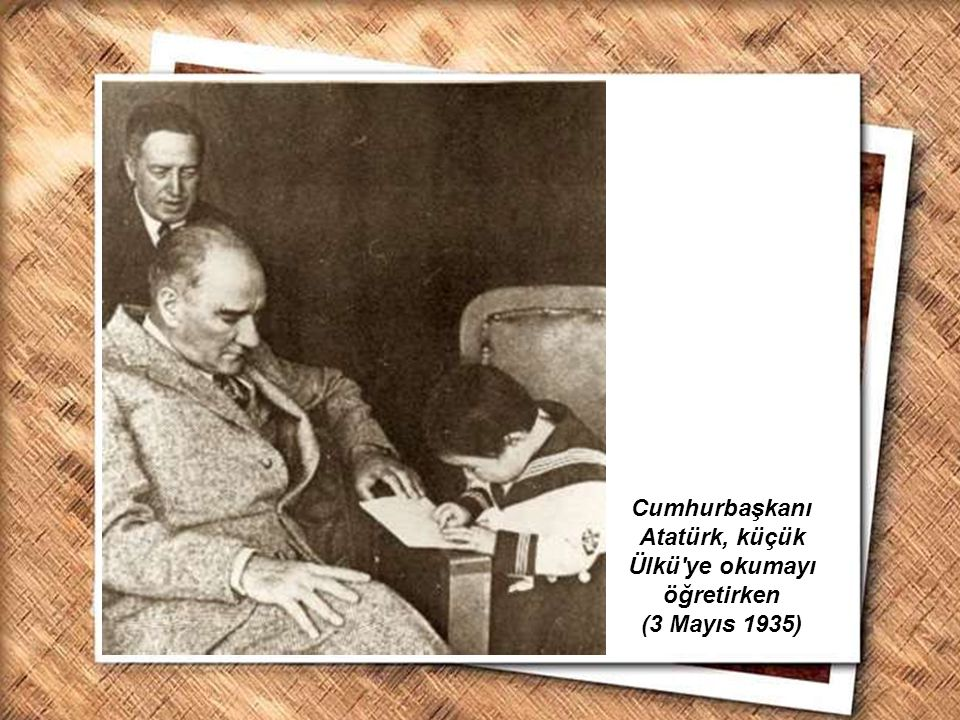 Cumhurbaşkanı Gazi Mustafa Kemal, İzmir Erkek Lisesinde matematik dersini izlerken (1 Şubat 1931) Cumhurbaşkanı Atatürk, küçük Ülkü'ye okumayı öğretir
