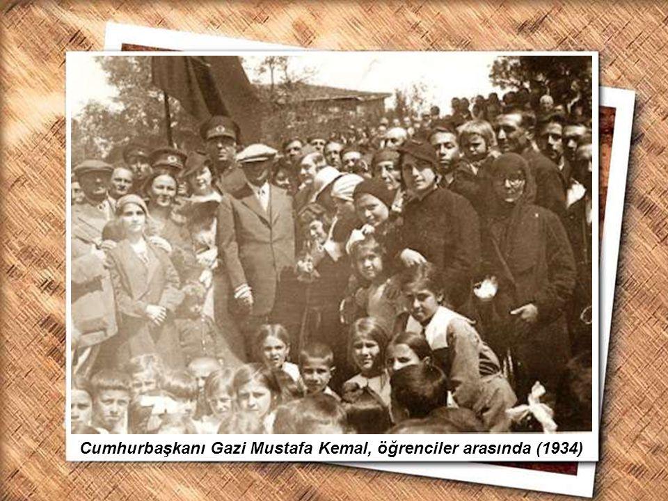 Cumhurbaşkanı Gazi Mustafa Kemal, İzmir Erkek Lisesinde matematik dersini izlerken (1 Şubat 1931) Cumhurbaşkanı Gazi Mustafa Kemal, öğrenciler arasınd