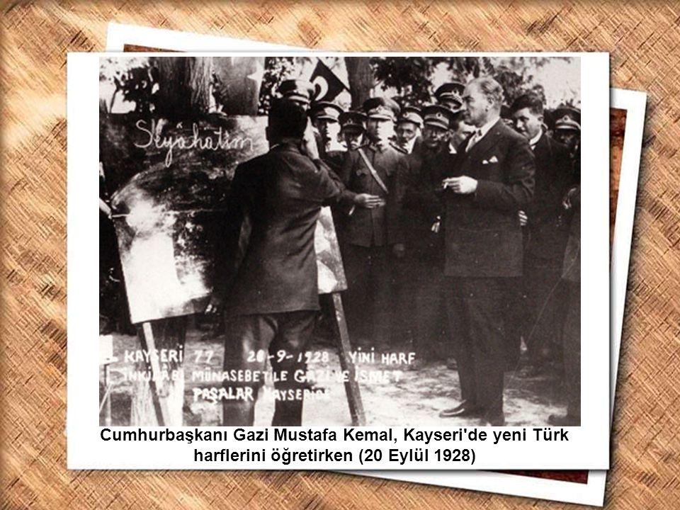 Cumhurbaşkanı Gazi Mustafa Kemal, İzmir Erkek Lisesinde matematik dersini izlerken (1 Şubat 1931) Cumhurbaşkanı Gazi Mustafa Kemal, İkinci Türk Dil Kurultayında (18 Ağustos 1934)