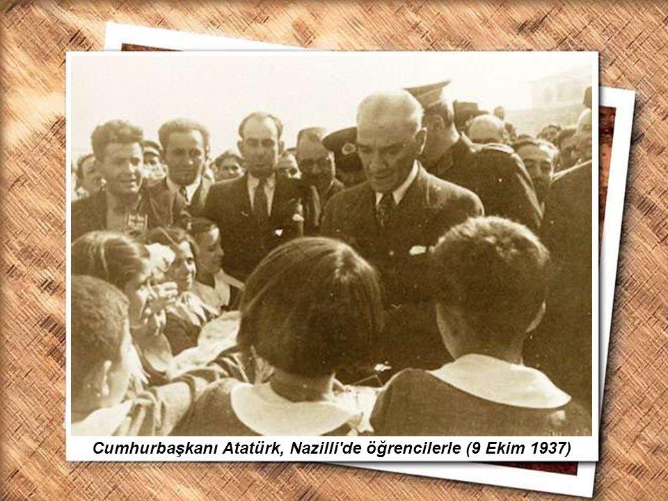 Cumhurbaşkanı Gazi Mustafa Kemal, İzmir Erkek Lisesinde matematik dersini izlerken (1 Şubat 1931) Cumhurbaşkanı Atatürk, Nazilli'de öğrencilerle (9 Ek