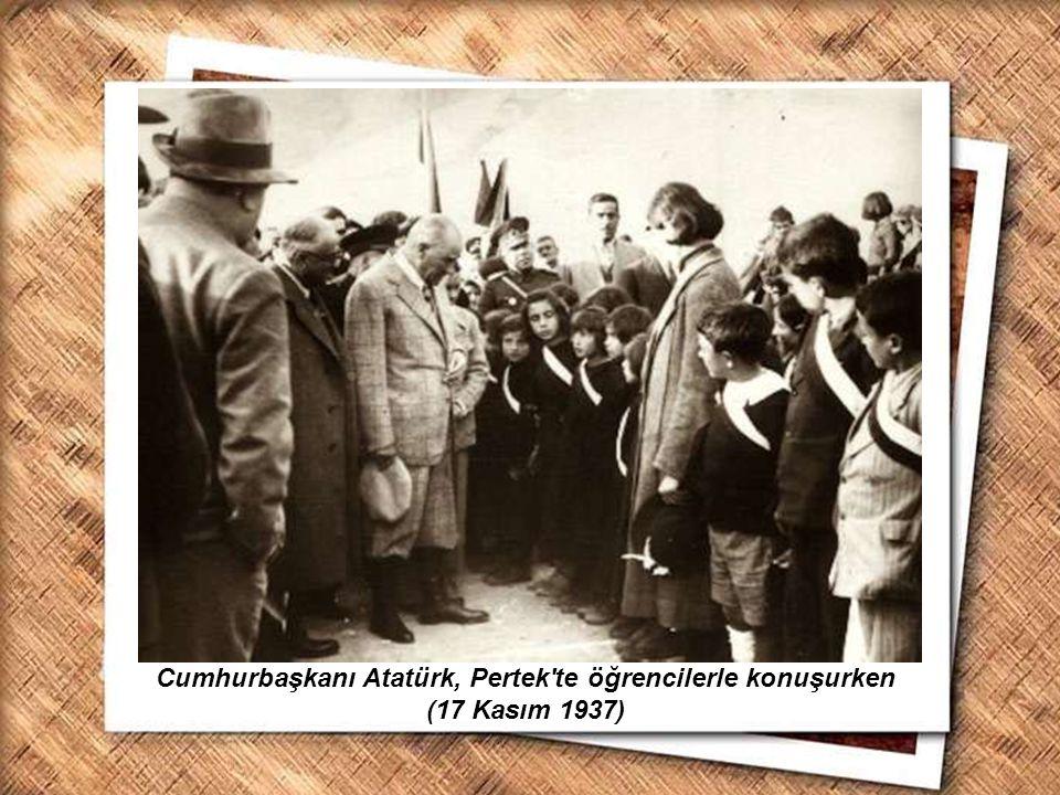 Cumhurbaşkanı Gazi Mustafa Kemal, İzmir Erkek Lisesinde matematik dersini izlerken (1 Şubat 1931) Cumhurbaşkanı Atatürk, Pertek'te öğrencilerle konuşu
