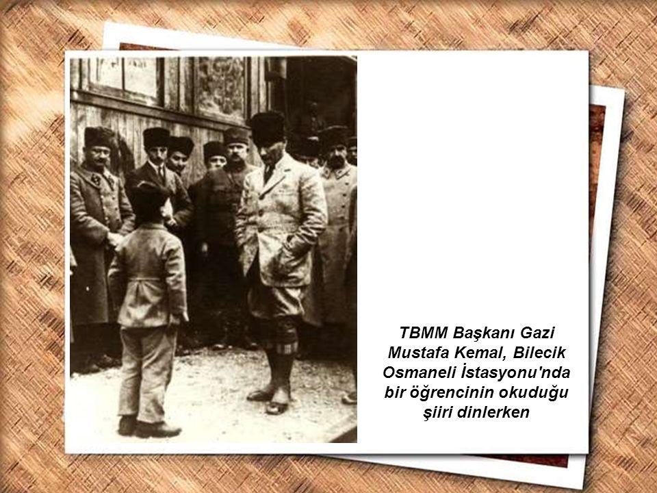Cumhurbaşkanı Gazi Mustafa Kemal, İzmir Erkek Lisesinde matematik dersini izlerken (1 Şubat 1931) Cumhurbaşkanı Atatürk, küçük Ülkü ye okumayı öğretirken (3 Mayıs 1935)