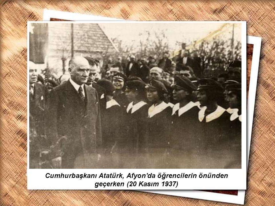 Cumhurbaşkanı Gazi Mustafa Kemal, İzmir Erkek Lisesinde matematik dersini izlerken (1 Şubat 1931) Cumhurbaşkanı Atatürk, Afyon'da öğrencilerin önünden