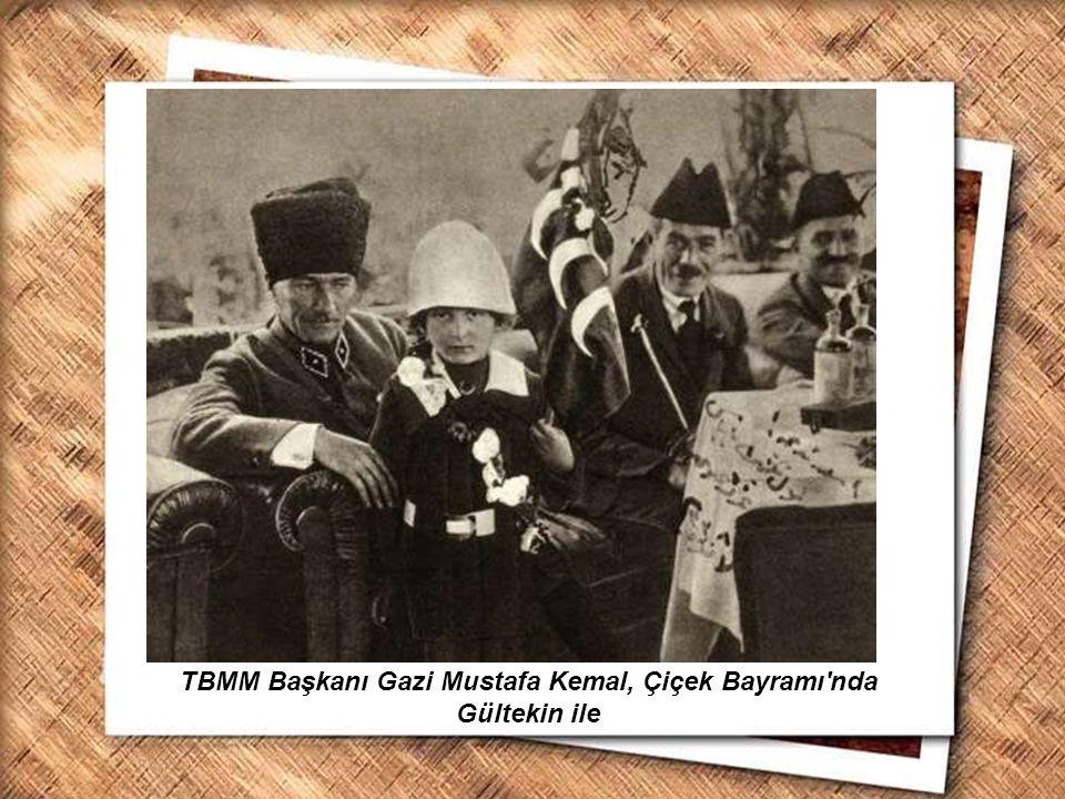 Cumhurbaşkanı Gazi Mustafa Kemal, İzmir Erkek Lisesinde matematik dersini izlerken (1 Şubat 1931) TBMM Başkanı Gazi Mustafa Kemal, Çiçek Bayramı'nda G