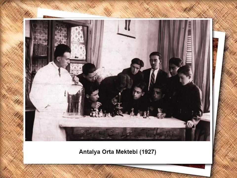 Cumhurbaşkanı Gazi Mustafa Kemal, İzmir Erkek Lisesinde matematik dersini izlerken (1 Şubat 1931) Antalya Orta Mektebi (1927)