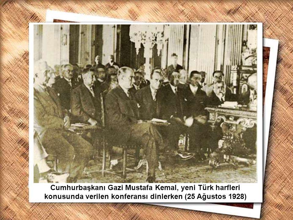 Cumhurbaşkanı Gazi Mustafa Kemal, İzmir Erkek Lisesinde matematik dersini izlerken (1 Şubat 1931) Cumhurbaşkanı Gazi Mustafa Kemal, Ankara da Birinci Türk Tarih Kongresi sırasında kongre delegeleri ile (8 Temmuz 1932)