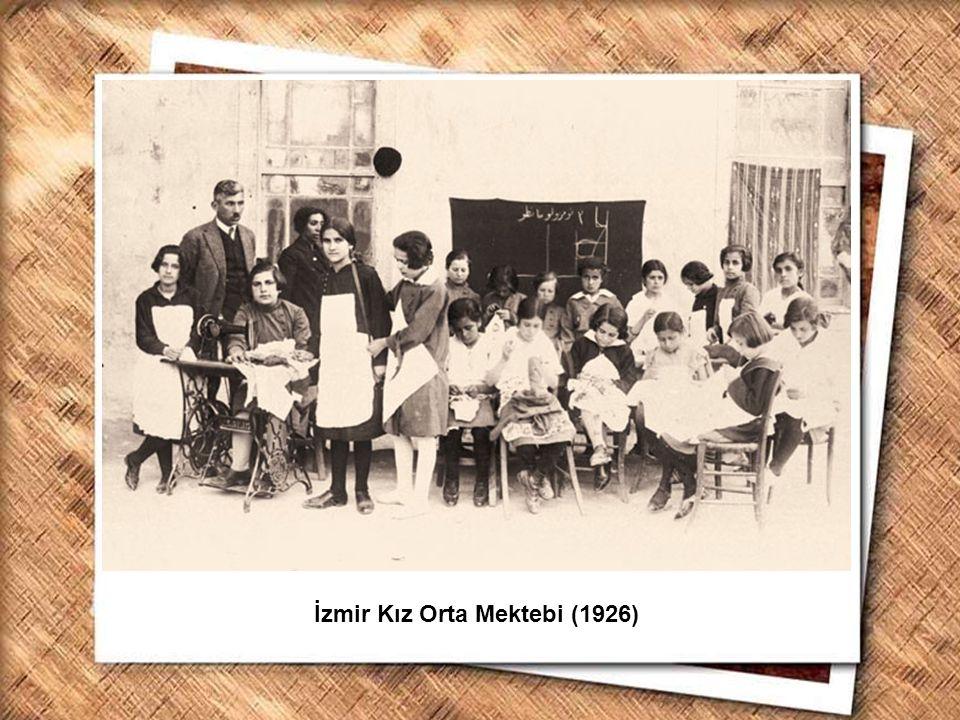 Cumhurbaşkanı Gazi Mustafa Kemal, İzmir Erkek Lisesinde matematik dersini izlerken (1 Şubat 1931) İzmir Kız Orta Mektebi (1926)
