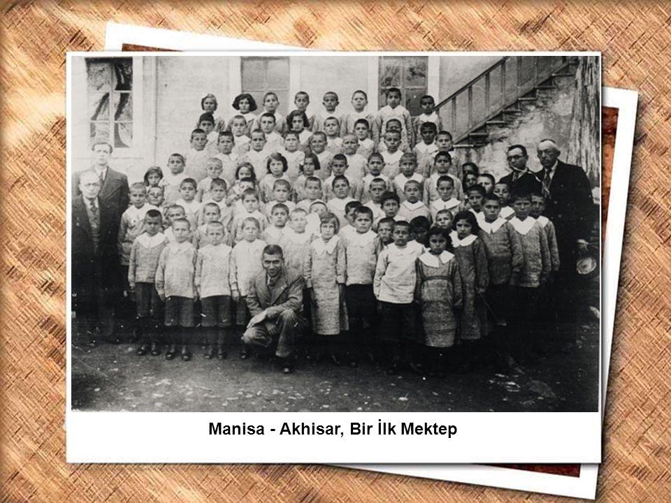 Cumhurbaşkanı Gazi Mustafa Kemal, İzmir Erkek Lisesinde matematik dersini izlerken (1 Şubat 1931) Manisa - Akhisar, Bir İlk Mektep