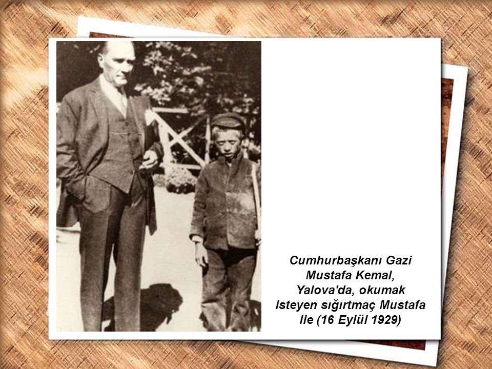 Cumhurbaşkanı Gazi Mustafa Kemal, İzmir Erkek Lisesinde matematik dersini izlerken (1 Şubat 1931) Cumhurbaşkanı Gazi Mustafa Kemal, Çankaya Köşkü nde, kütüphanesinde çalışırken (16 Temmuz 1929)