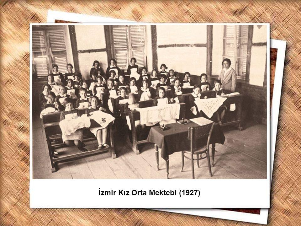 Cumhurbaşkanı Gazi Mustafa Kemal, İzmir Erkek Lisesinde matematik dersini izlerken (1 Şubat 1931) İzmir Kız Orta Mektebi (1927)