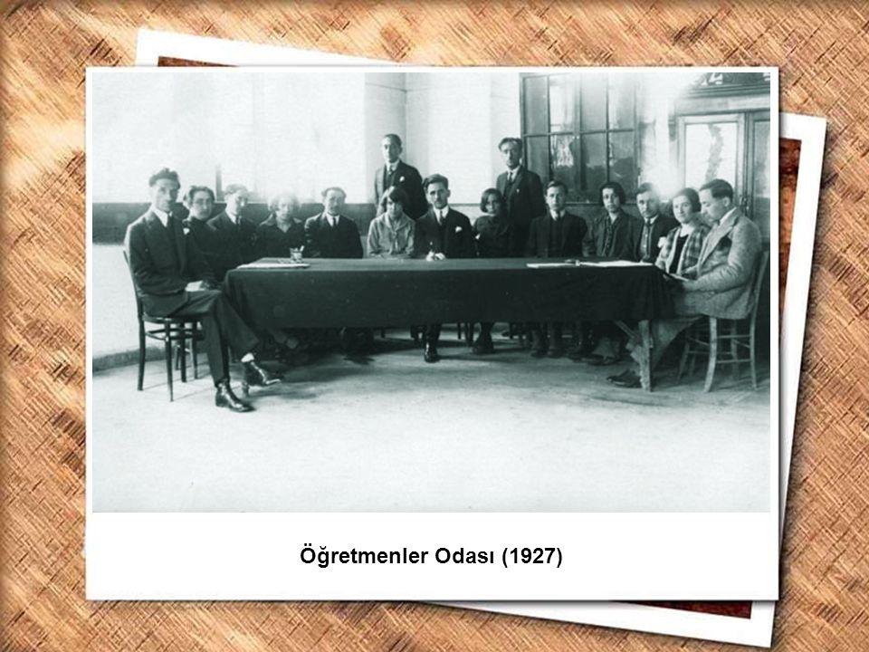 Cumhurbaşkanı Gazi Mustafa Kemal, İzmir Erkek Lisesinde matematik dersini izlerken (1 Şubat 1931) Öğretmenler Odası (1927)