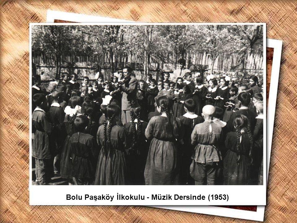 Cumhurbaşkanı Gazi Mustafa Kemal, İzmir Erkek Lisesinde matematik dersini izlerken (1 Şubat 1931) Bolu Paşaköy İlkokulu - Müzik Dersinde (1953)