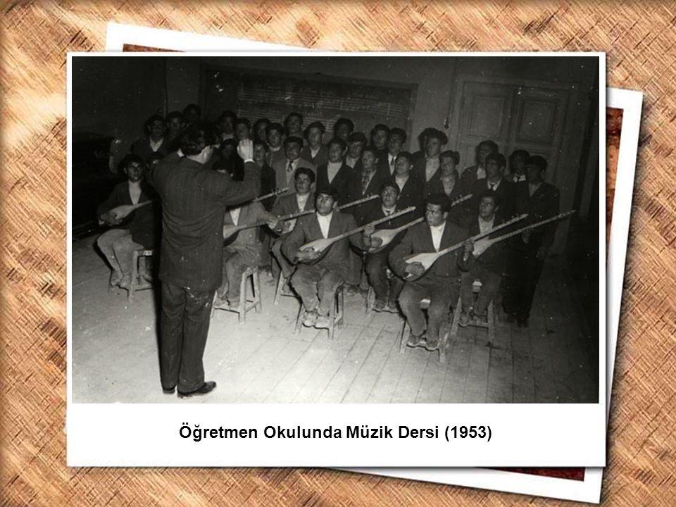 Cumhurbaşkanı Gazi Mustafa Kemal, İzmir Erkek Lisesinde matematik dersini izlerken (1 Şubat 1931) Öğretmen Okulunda Müzik Dersi (1953)