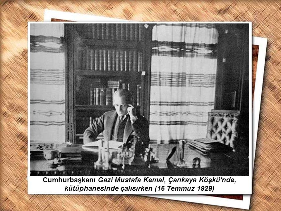 Cumhurbaşkanı Gazi Mustafa Kemal, İzmir Erkek Lisesinde matematik dersini izlerken (1 Şubat 1931) Cumhurbaşkanı Gazi Mustafa Kemal, Orman Çiftliği nde bir genci sınav yaparken (25 Mayıs 1933)