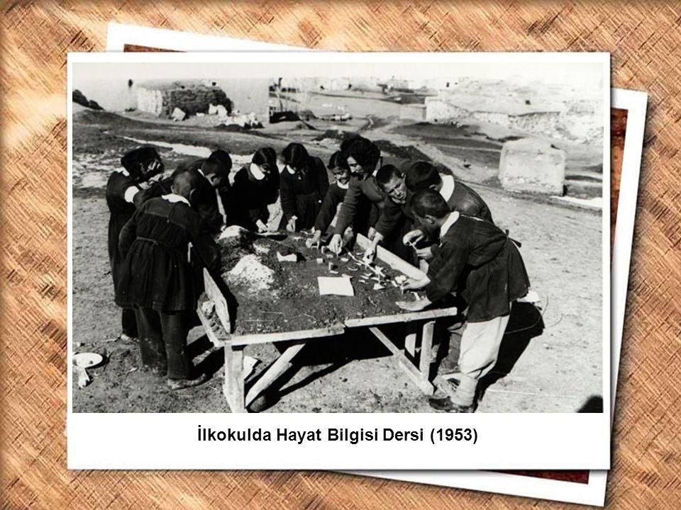 Cumhurbaşkanı Gazi Mustafa Kemal, İzmir Erkek Lisesinde matematik dersini izlerken (1 Şubat 1931) İlkokulda Hayat Bilgisi Dersi (1953)