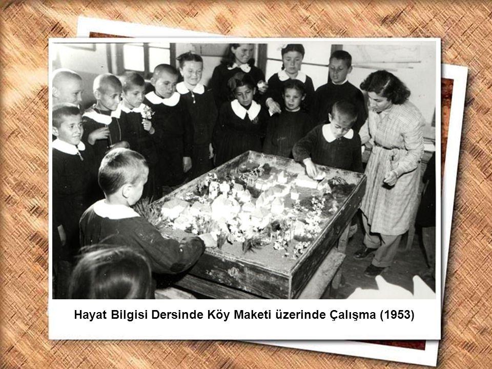 Cumhurbaşkanı Gazi Mustafa Kemal, İzmir Erkek Lisesinde matematik dersini izlerken (1 Şubat 1931) Hayat Bilgisi Dersinde Köy Maketi üzerinde Çalışma (