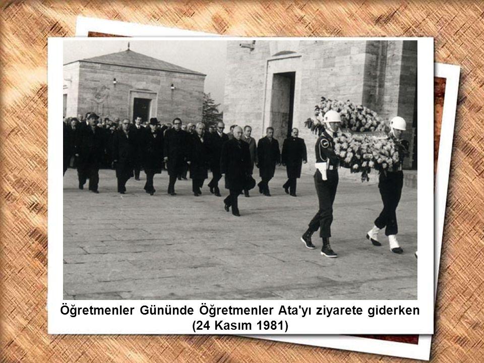 Cumhurbaşkanı Gazi Mustafa Kemal, İzmir Erkek Lisesinde matematik dersini izlerken (1 Şubat 1931) Öğretmenler Gününde Öğretmenler Ata'yı ziyarete gide