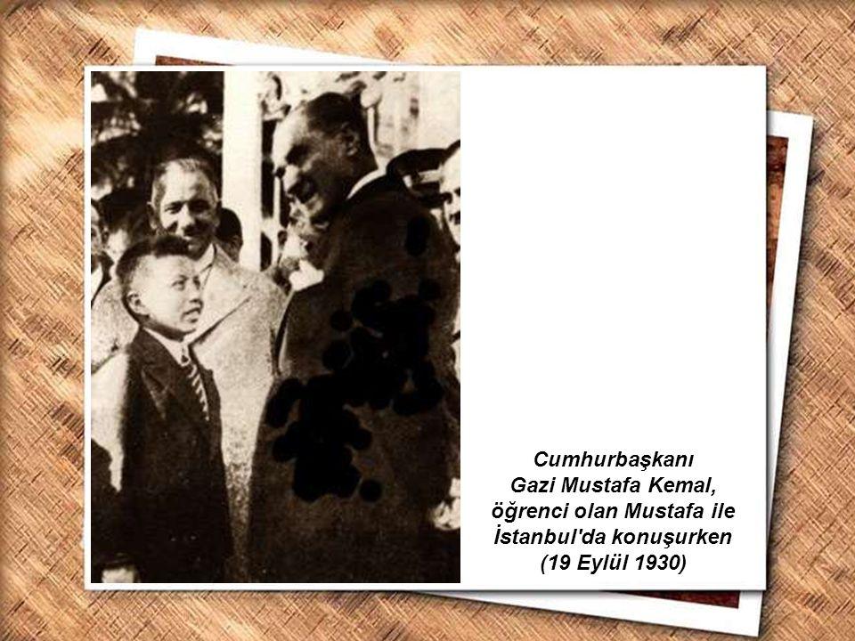 Cumhurbaşkanı Gazi Mustafa Kemal, İzmir Erkek Lisesinde matematik dersini izlerken (1 Şubat 1931) Cumhurbaşkanı Atatürk, Üçüncü Türk Dil Kurultayında bir grup delege ile birlikte (Ağustos 1936)