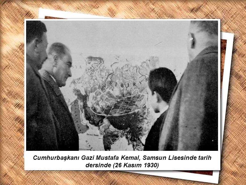 Cumhurbaşkanı Gazi Mustafa Kemal, İzmir Erkek Lisesinde matematik dersini izlerken (1 Şubat 1931) Sınavda başarılı olan gence mendilini hediye ederken...