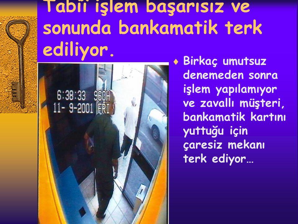 Kartın geri çıkarılması  Zavallı kurban müşteri uzaklaşınca hırsız kartı çıkarmak için harekete geçiyor.