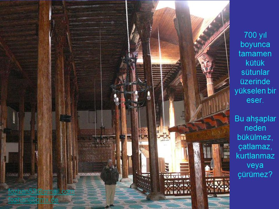 Mimber kapısında ahşapla hat yazısı.Ortada ALLAH, dört köşede dört Halifenin adları yazılmış.