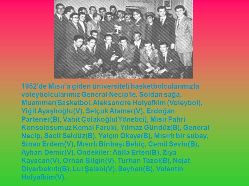 1952 de Mısır a giden üniversiteli basketbolcularımızla voleybolcularımız General Necip le.