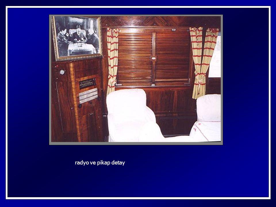 yolculuk sırasında kullandığı oturma grubu masa üzerinde, termos, küllük, tuzluk ve görevliyi çağırmak için zil