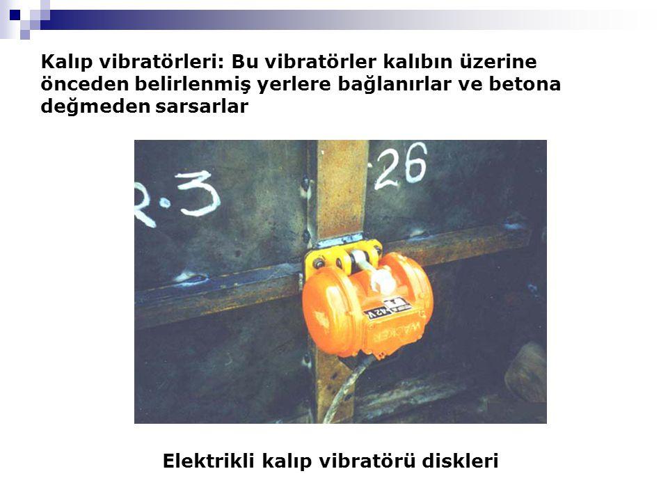 Kalıp vibratörleri: Bu vibratörler kalıbın üzerine önceden belirlenmiş yerlere bağlanırlar ve betona değmeden sarsarlar Elektrikli kalıp vibratörü diskleri