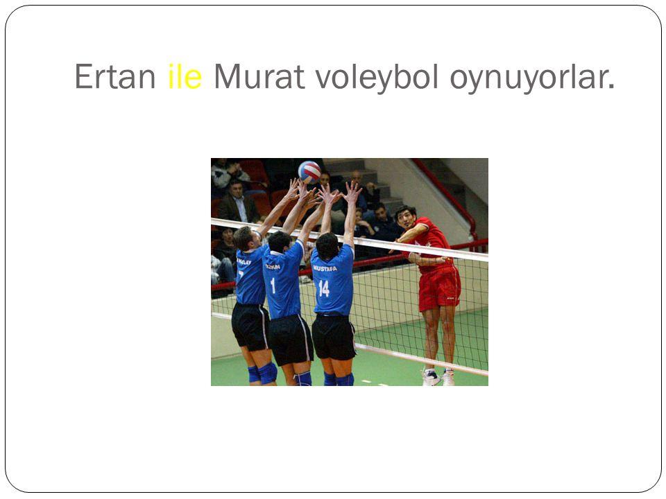 Ertan ile Murat voleybol oynuyorlar.