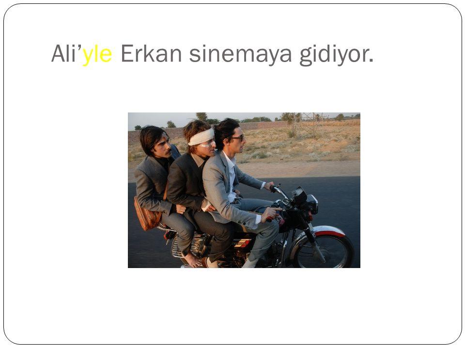 Ali'yle Erkan sinemaya gidiyor.