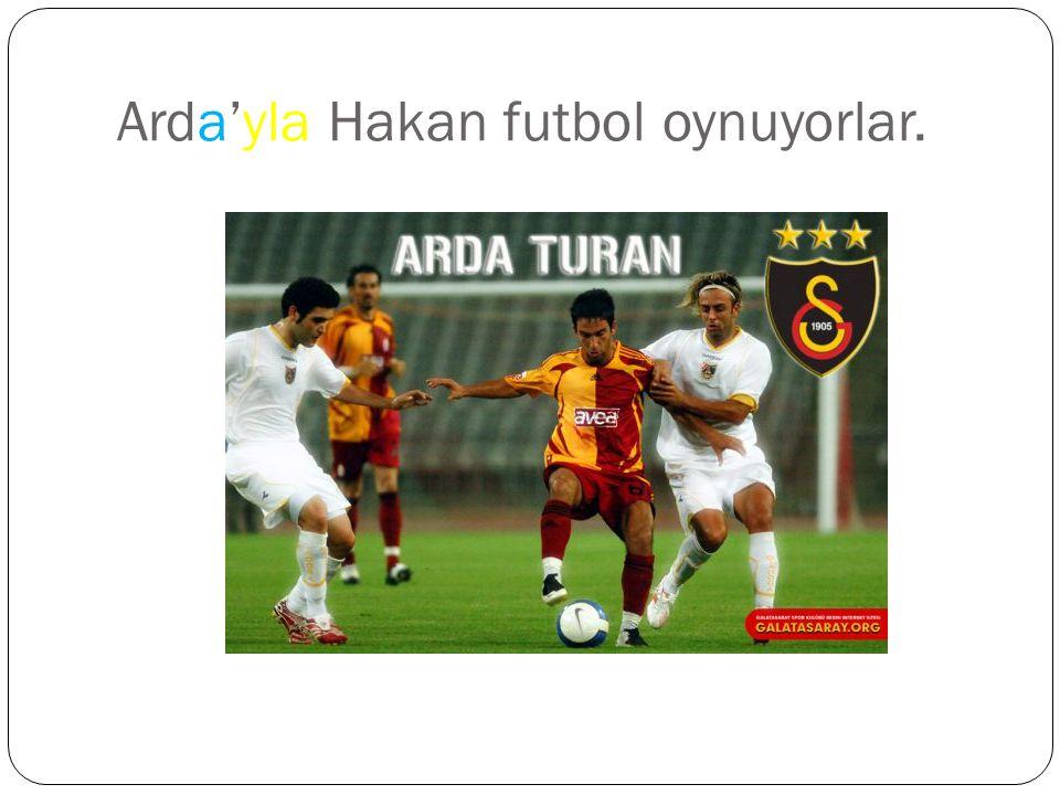 Arda'yla Hakan futbol oynuyorlar.