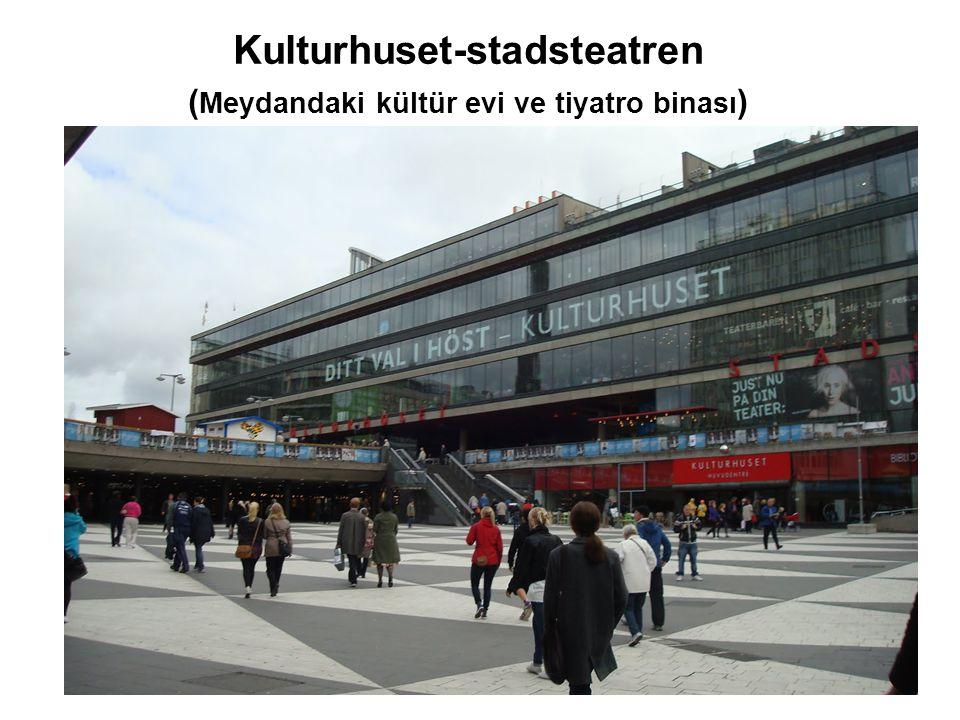 Kulturhuset-stadsteatren ( Meydandaki kültür evi ve tiyatro binası )