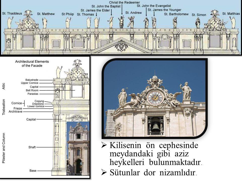  Kilisenin ön cephesinde meydandaki gibi aziz heykelleri bulunmaktadır.  Sütunlar dor nizamlıdır.