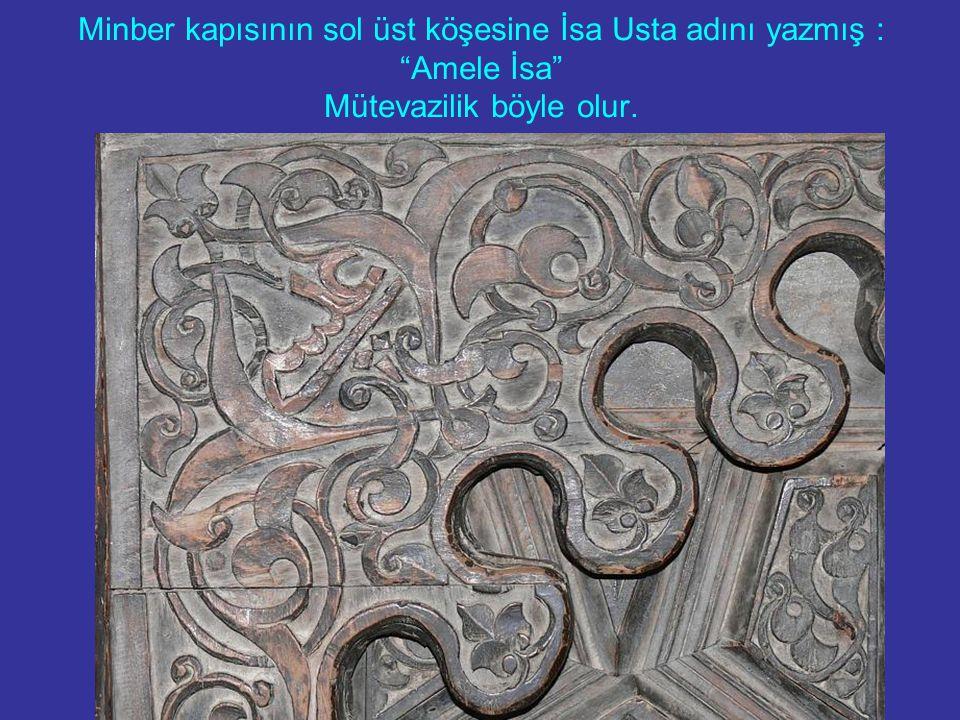 Minber kapısının sol üst köşesine İsa Usta adını yazmış : Amele İsa Mütevazilik böyle olur.