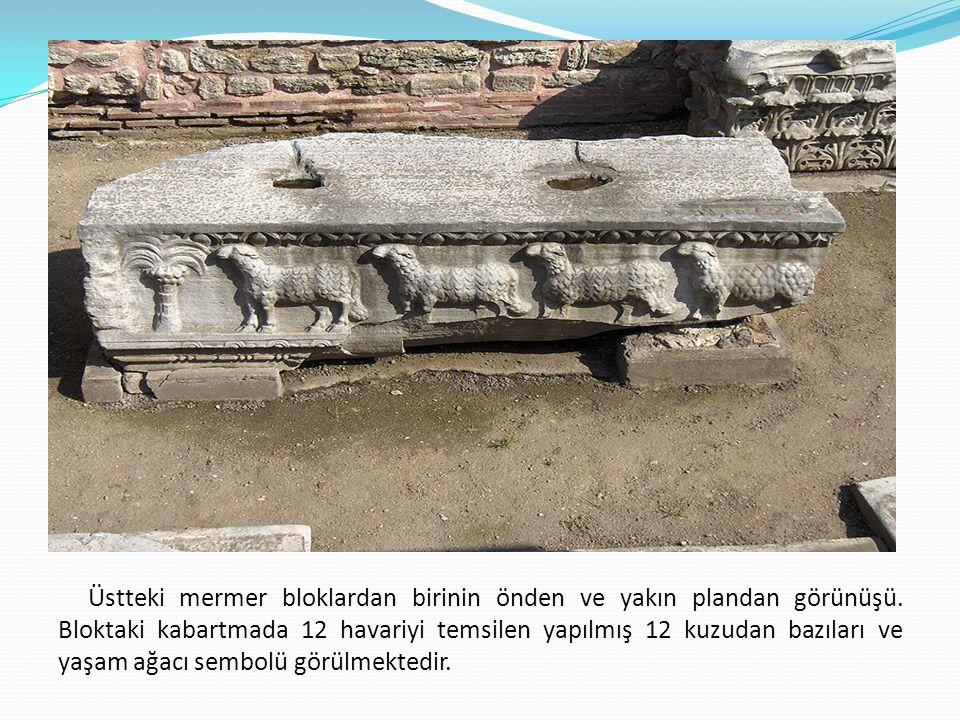 Üstteki mermer bloklardan birinin önden ve yakın plandan görünüşü. Bloktaki kabartmada 12 havariyi temsilen yapılmış 12 kuzudan bazıları ve yaşam ağac