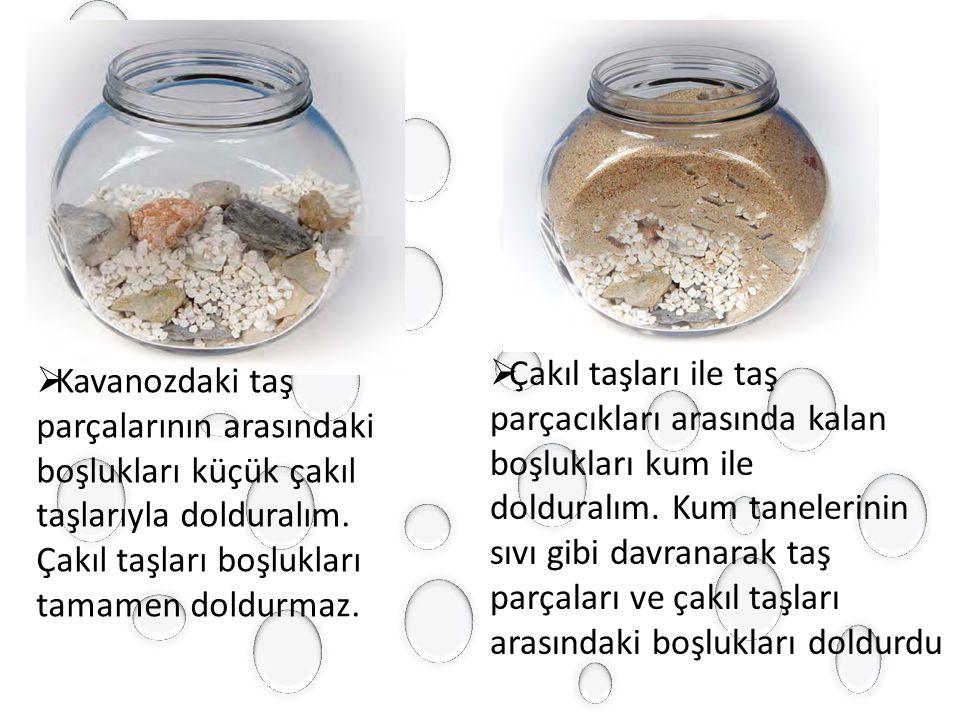  Kavanozdaki taş parçalarının arasındaki boşlukları küçük çakıl taşlarıyla dolduralım.