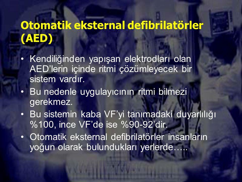 Otomatik eksternal defibrilatörler (AED) Kendiliğinden yapışan elektrodları olan AED'lerin içinde ritmi çözümleyecek bir sistem vardır.