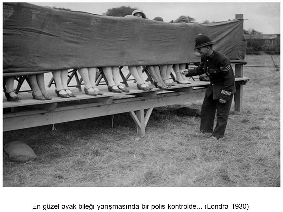 Bir kadın IRA savaşçısı elindeki tüfekle... (1970'li yıllar)