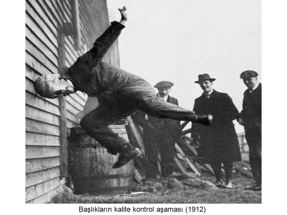 En güzel ayak bileği yarışmasında bir polis kontrolde... (Londra 1930)