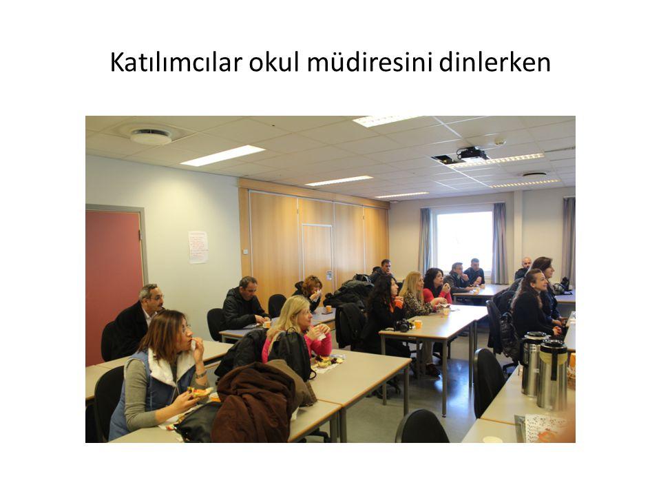 Katılımcılar okul müdiresini dinlerken