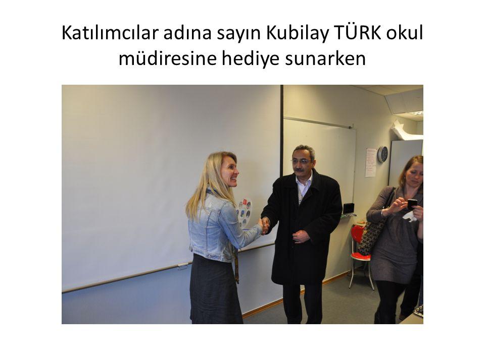 Katılımcılar adına sayın Kubilay TÜRK okul müdiresine hediye sunarken
