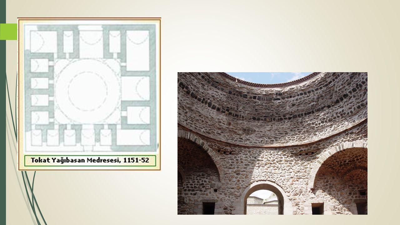 Isparta Atabey Ertokuş Medresesi (1224) Sağlam kesme taş yapısı portalin bordür süslemeleri ve kitabesiyle gelişmiş bir mimari göstermektedir.